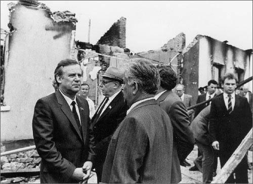 Председатель Совмина СССР Рыжков в Фергане в июне 1989 года после погрома  турок-месхетинцев