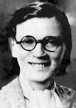 """Китти Харрис в """"униформе"""" : очки и гладкая прическа создавали легко забываемый образ"""